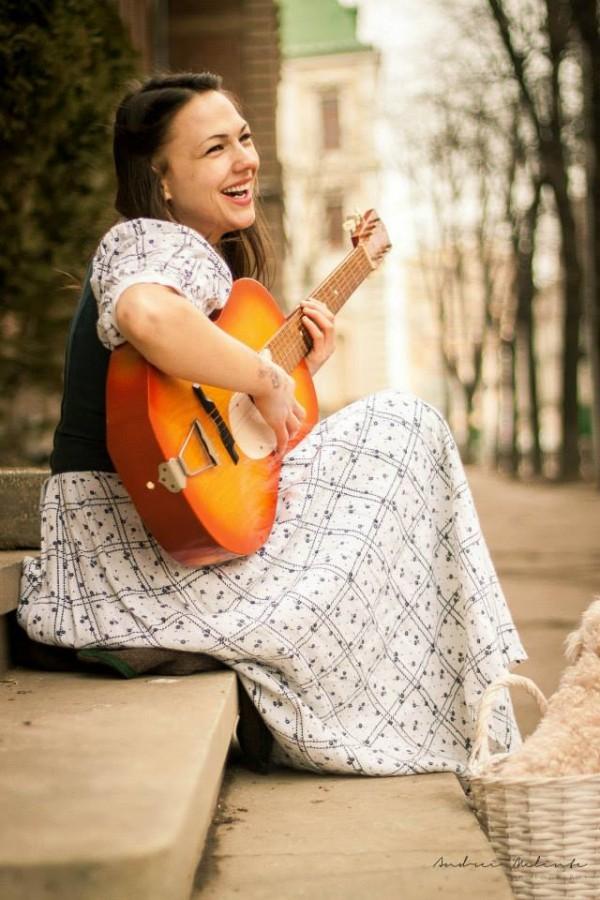 fata frumoasa cantand la chitara