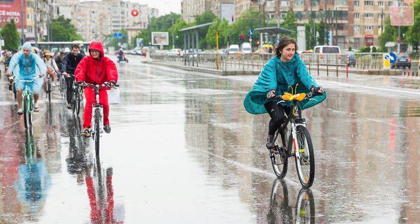 cu bicicleta pe ploaie