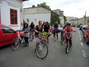 Aşa începe povestea noastră. Cu pregătiri de plecare. Biciclop. Ora 16:00. Opt fete minunate şi perechile lor: Gazelle, Puma Funk, Create Metro, Merdina şi Van Moof.