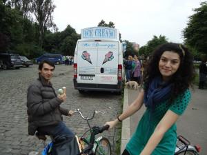 Aşteptînd să plecăm, ne-am delectat cu îngheţată...