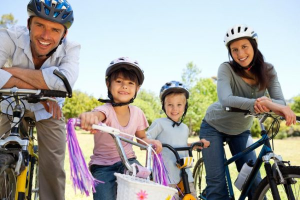 Familie pe bicicleta