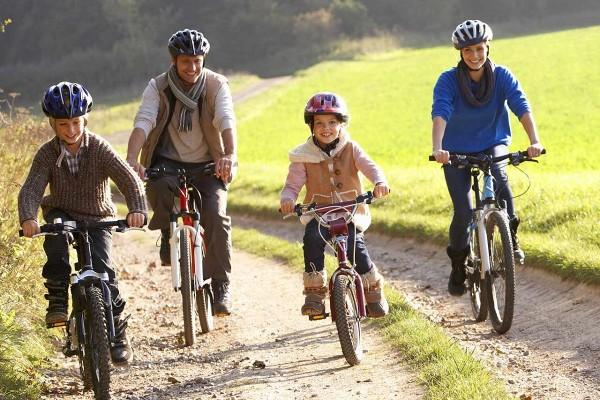 Cu bicicleta in familie
