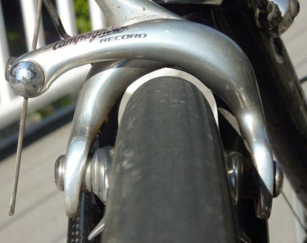 Anvelopa de bicicleta la limita spatiului din furca si clestele de frana
