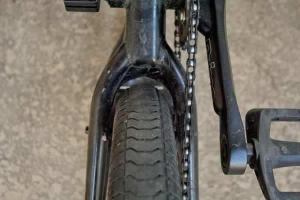 Anvelopa de bicicleta la limita spatiului in cadru