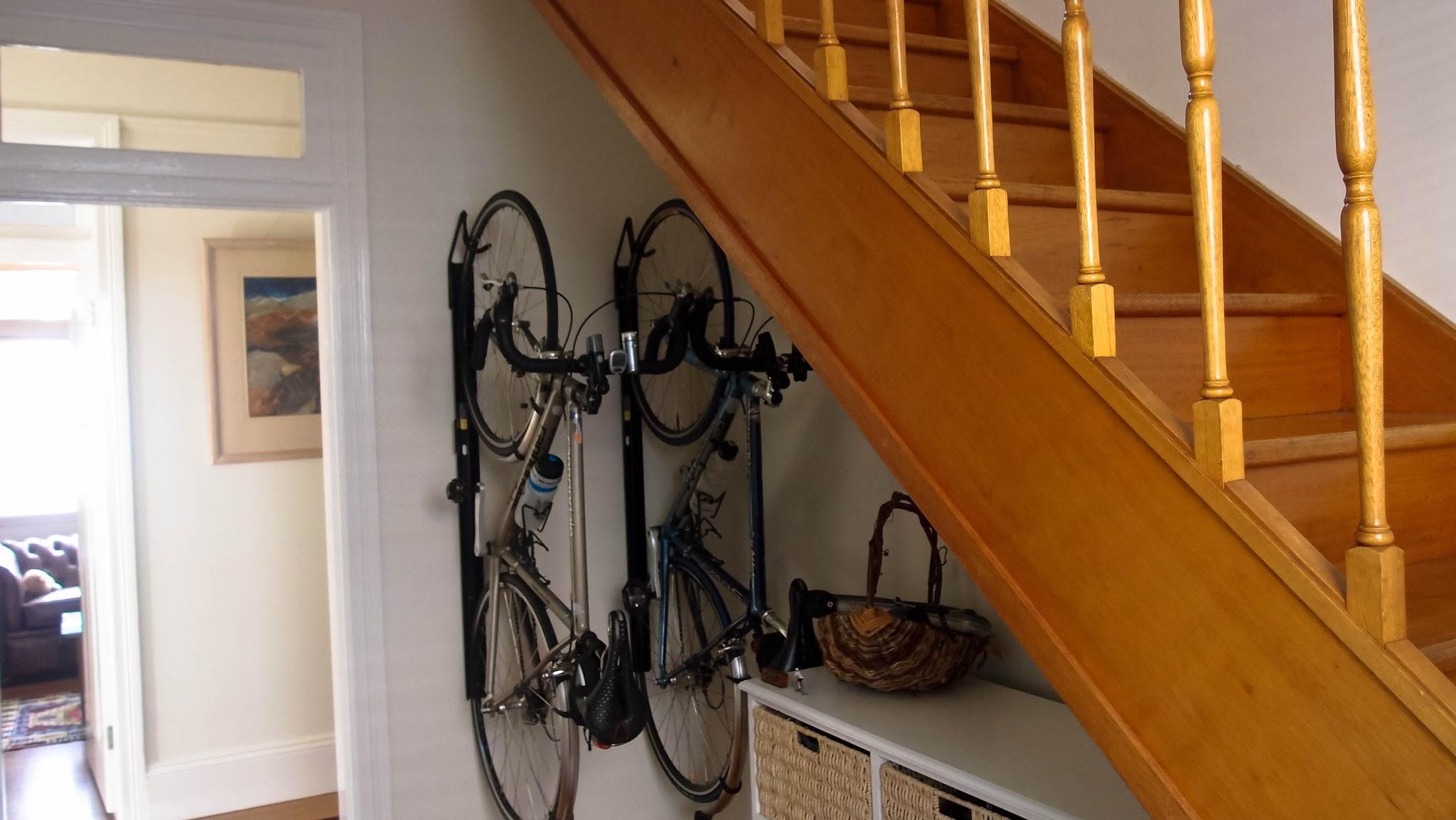 Suport de bicicleta pe perete vertical